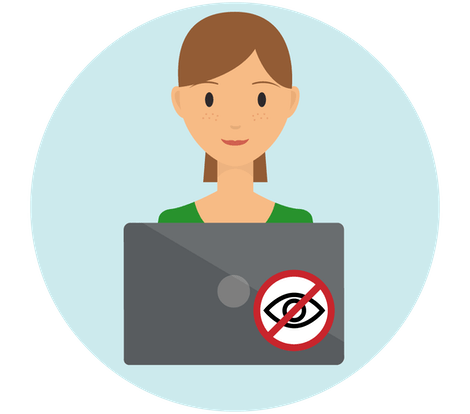 """Kvinna med laptop som täcks av klistermärken för """"inga spioner""""."""