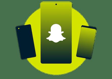 Mulher olhando para o Snapchat em um telefone.