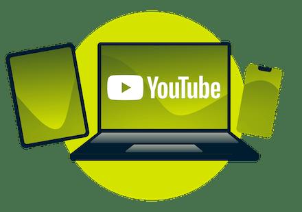 En bærbar datamaskin, nettbrett og telefon med YouTube-logoen.