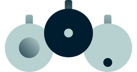 Различные модели приставок и пультов управления Chromecast.