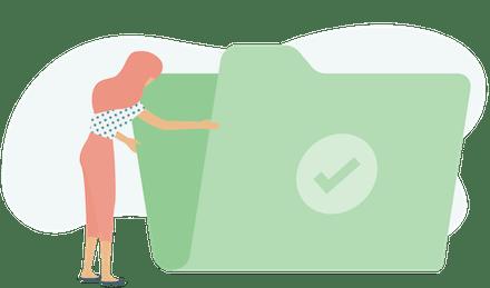 Kvinna öppnar grön mapp.
