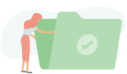 Una mujer abriendo una carpeta verde.