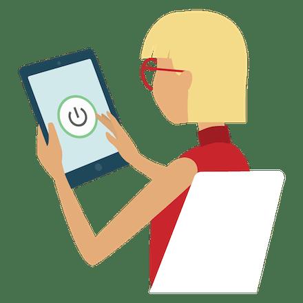 Una mujer activando una VPN en su tablet.